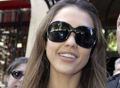 Jessica Alba wear big sunglasses