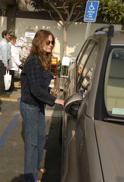 Julia Roberts parks in handicap space